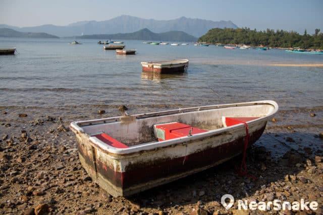 一排排紅白色小船是渡頭灣村的標記。