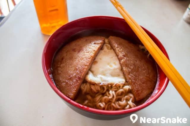 餐蛋麵可說是渡頭灣村士多的熱門食品,煎至起邊的雞蛋、兩邊微焦的午餐肉和軟腍度適中的麵條,是日常中的小確幸。