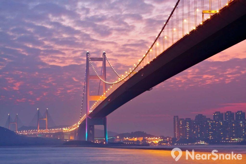 晚霞映照下,香港青馬大橋顯得份外婀娜多姿。