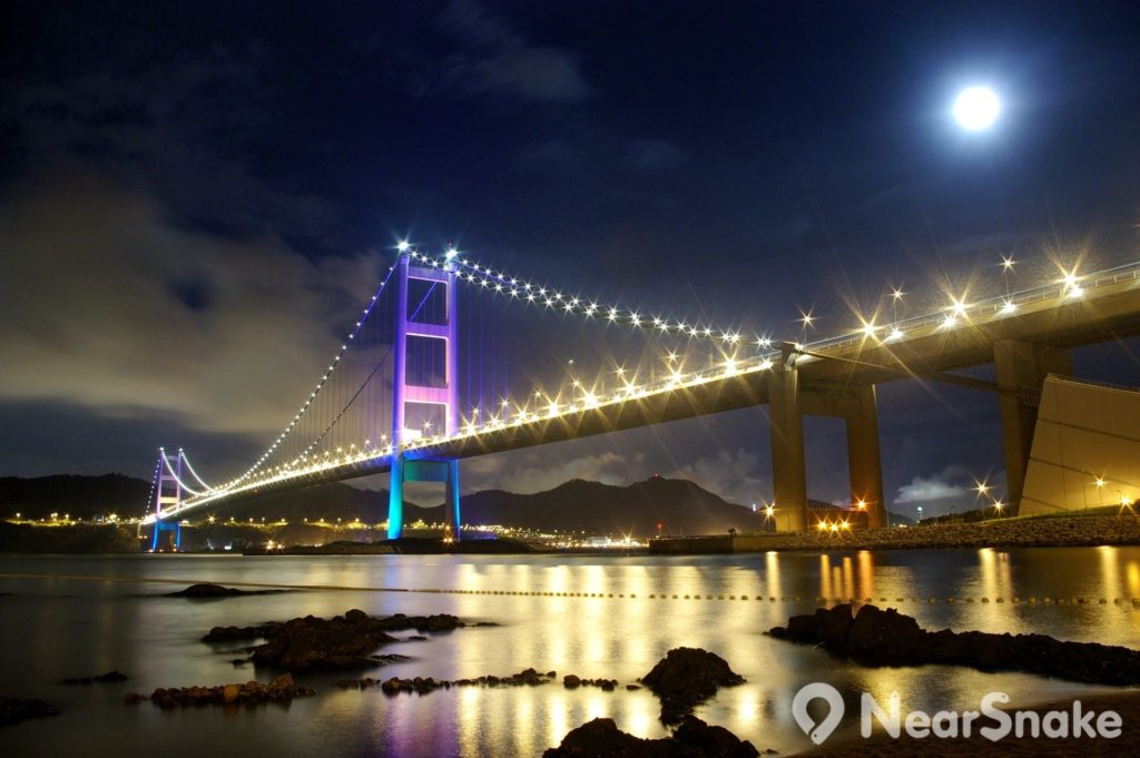夜幕低垂後,橋上的燈飾亮了,讓香港青馬大橋彷彿披上了一件閃閃生輝的彩衣。