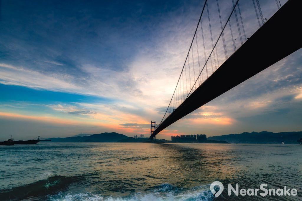 日落西山後的香港青馬大橋有一道黑色彩虹劃破長空。