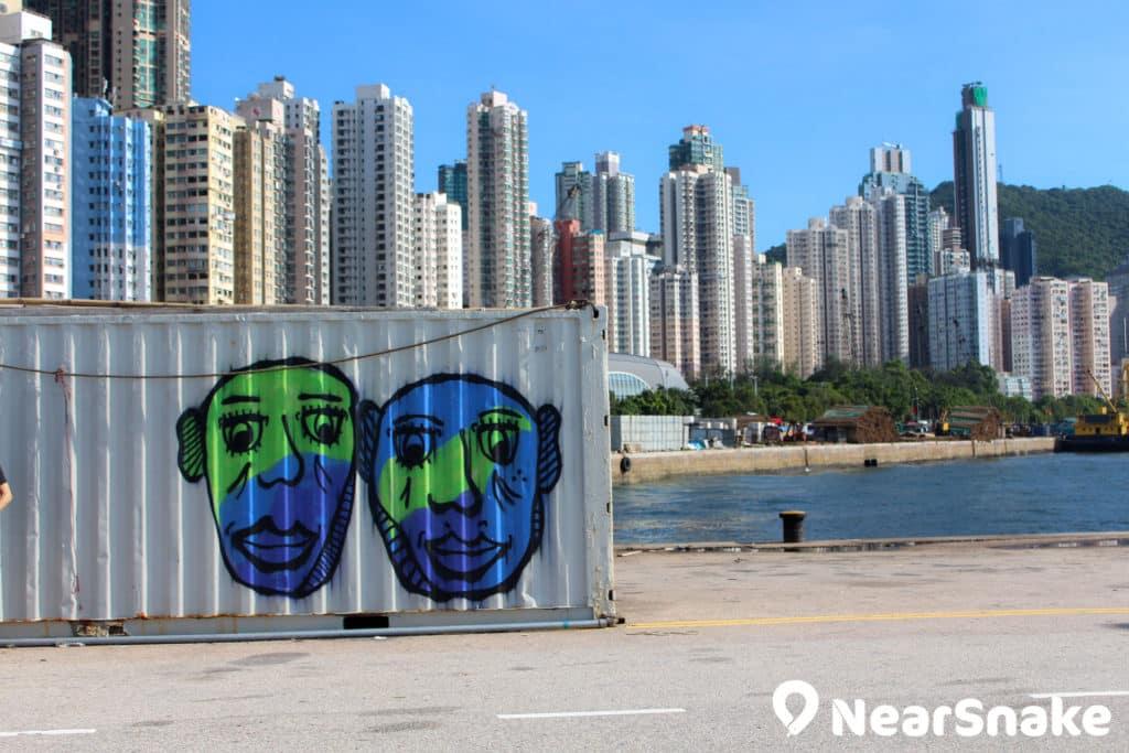 西區公眾貨物裝卸區碼頭擺放了不少棄置的貨櫃,成為塗鴉藝術家創作的畫布。