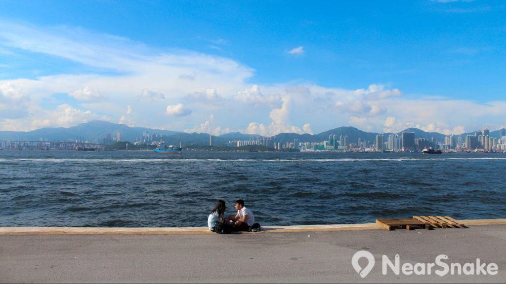 小情侶坐在西區貨物裝卸區的海旁談天,有藍天白雲和維港景色作伴,還有更好的拍拖地方嗎?