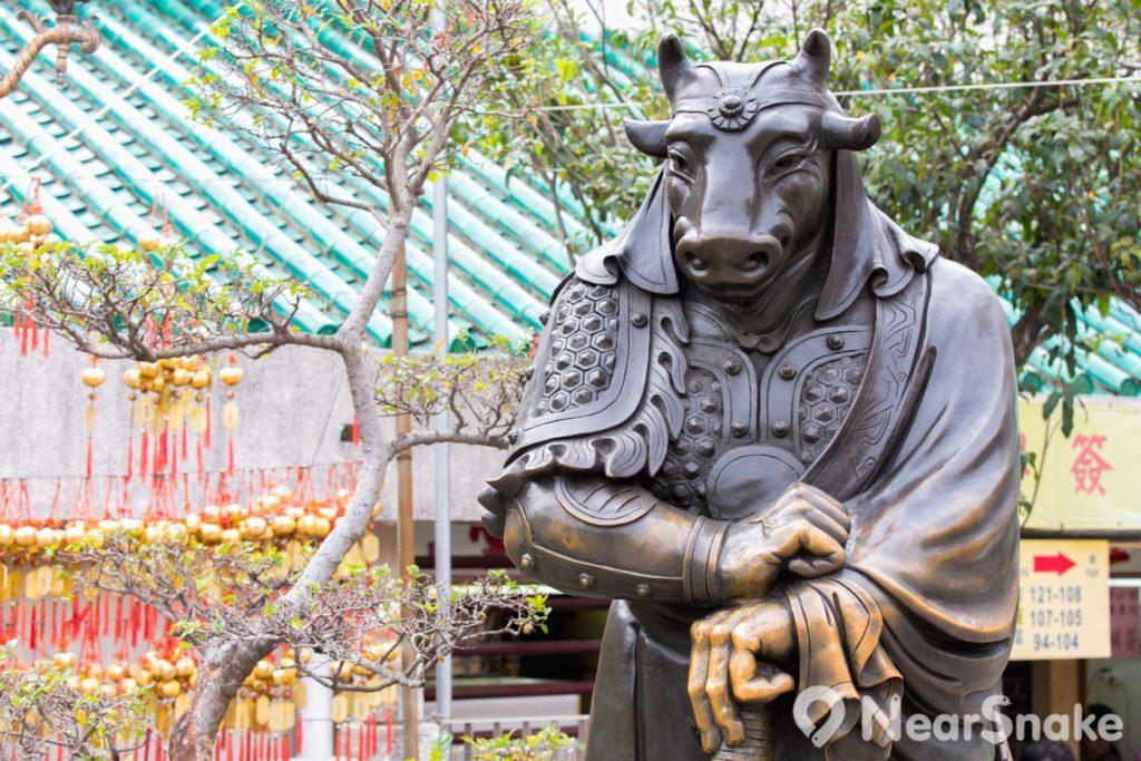 廣場上豎立著鑄青銅十二生肖獸首人身銅像,職分文官武將,手執金戈竹書,造型各異。
