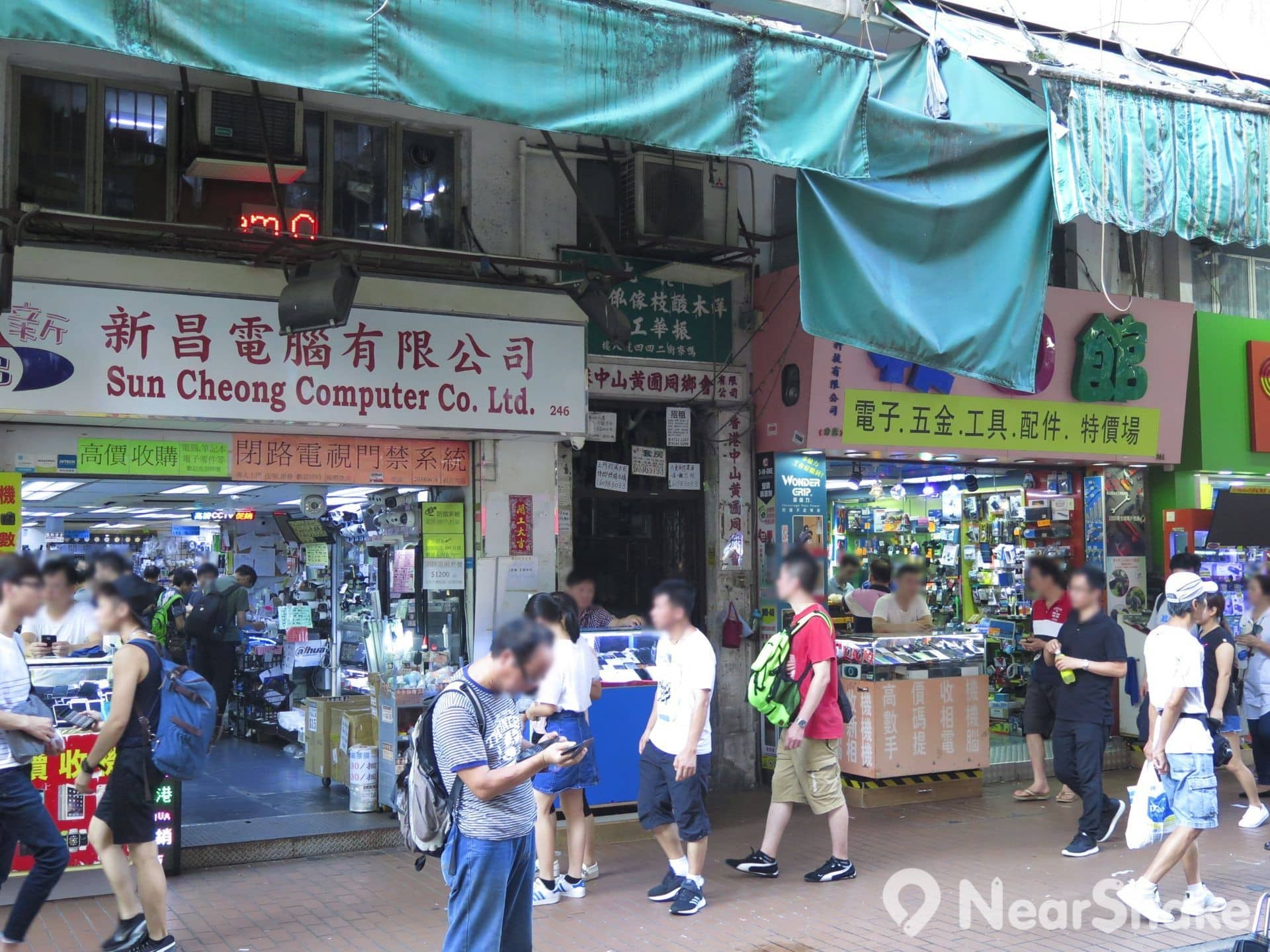除小販攤檔外,鴨寮街兩旁還設有多間商店,消費者不妨貨比三間。