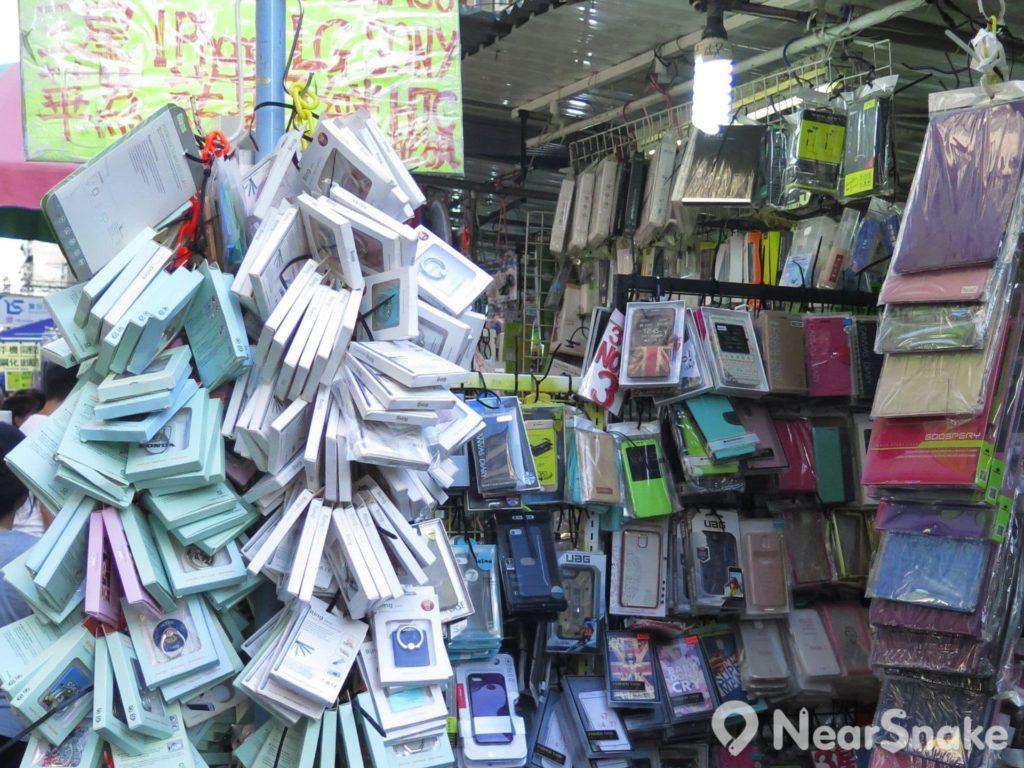 當手機已成為現今都市人不可或缺的用品時,手機保護殼當然也成為鴨寮街的熱賣商品,幾乎甚麼品牌、甚麼型號的手機殼也能找到!