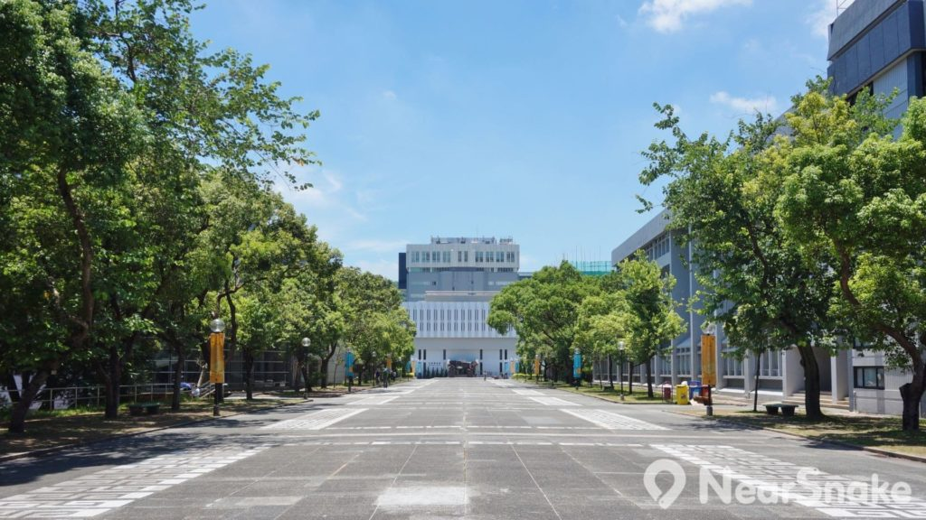 百萬大道是中文大學本部中央的一個長條形空地,可說是中大生上堂必經之處。