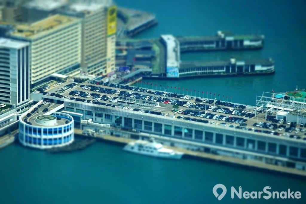 海港城設有一個大型停車場,沿著碼頭向維港伸延。