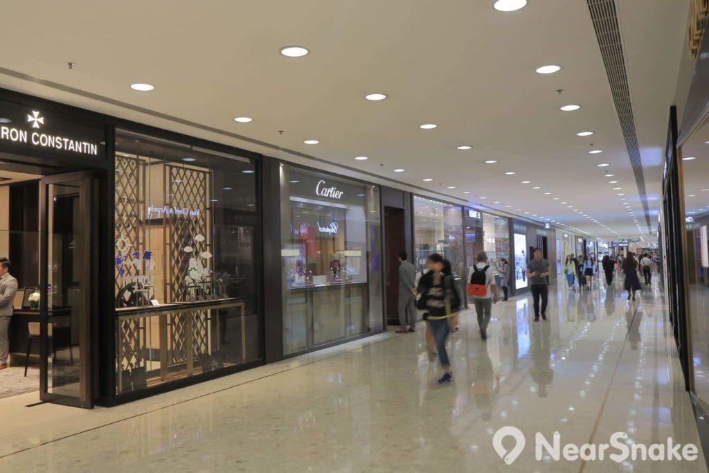 海港城內名店林立,乃訪港旅客選購奢侈品的熱門地點之一。
