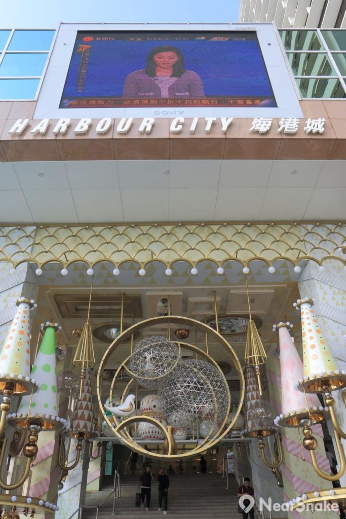 海港城大門上的大型顯示器已屹立多年,幾可說是商場的標記之一。