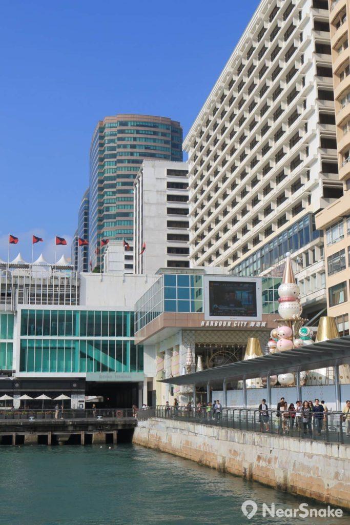 海港城毗連星光城、海運大廈和馬哥孛羅香港酒店商場。