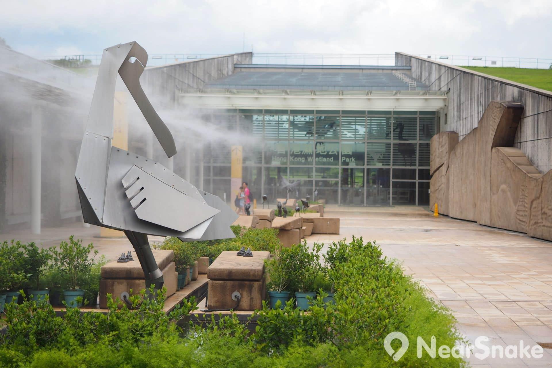甫抵達濕地公園的入口廣場,便可看到巨型的金屬黑臉琵鷺在恭迎閣下,入口處則採用玻璃幕牆設計。