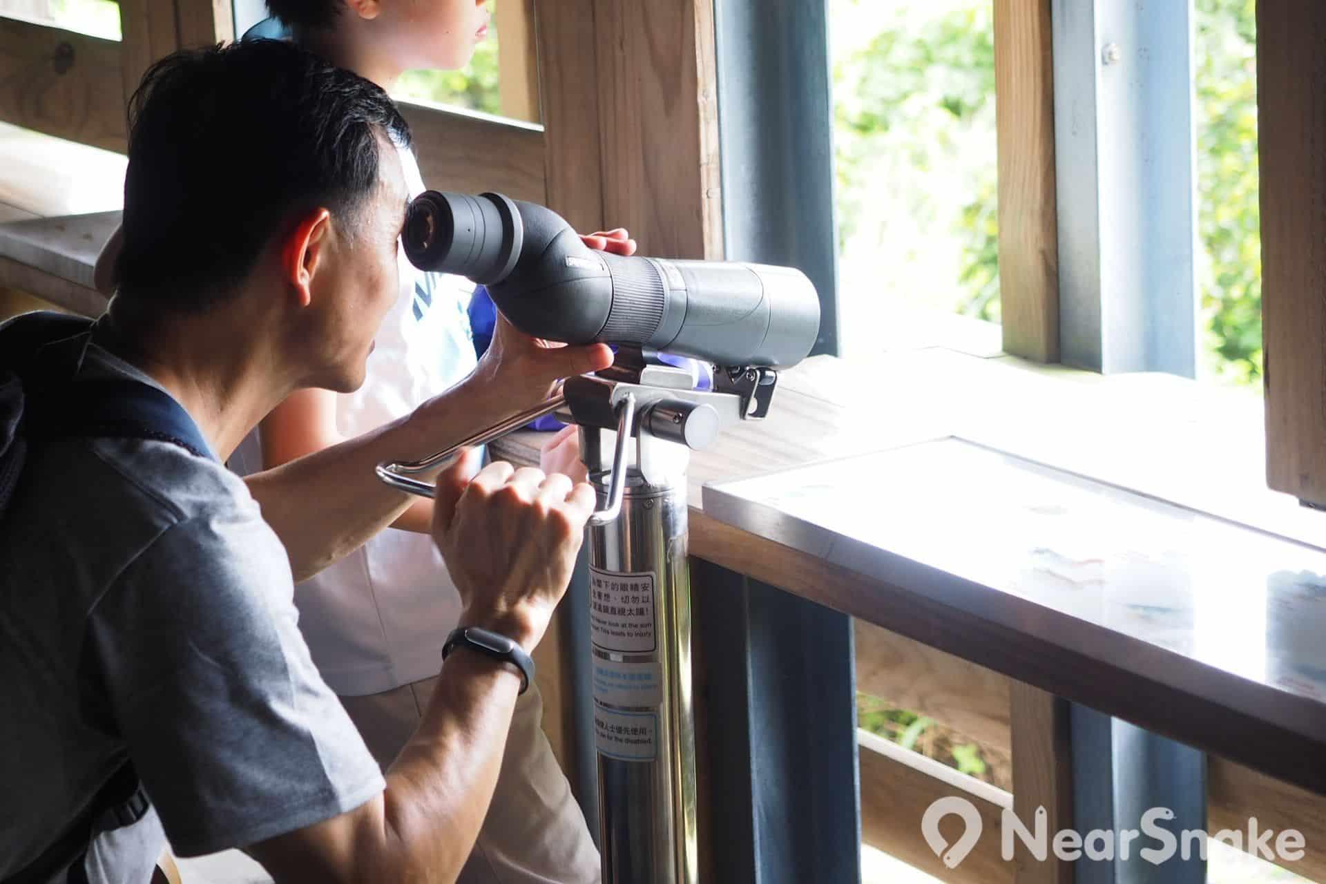 觀鳥屋提供單筒望遠鏡予公眾使用,遊人可通過望遠鏡觀察遠處的雀鳥。
