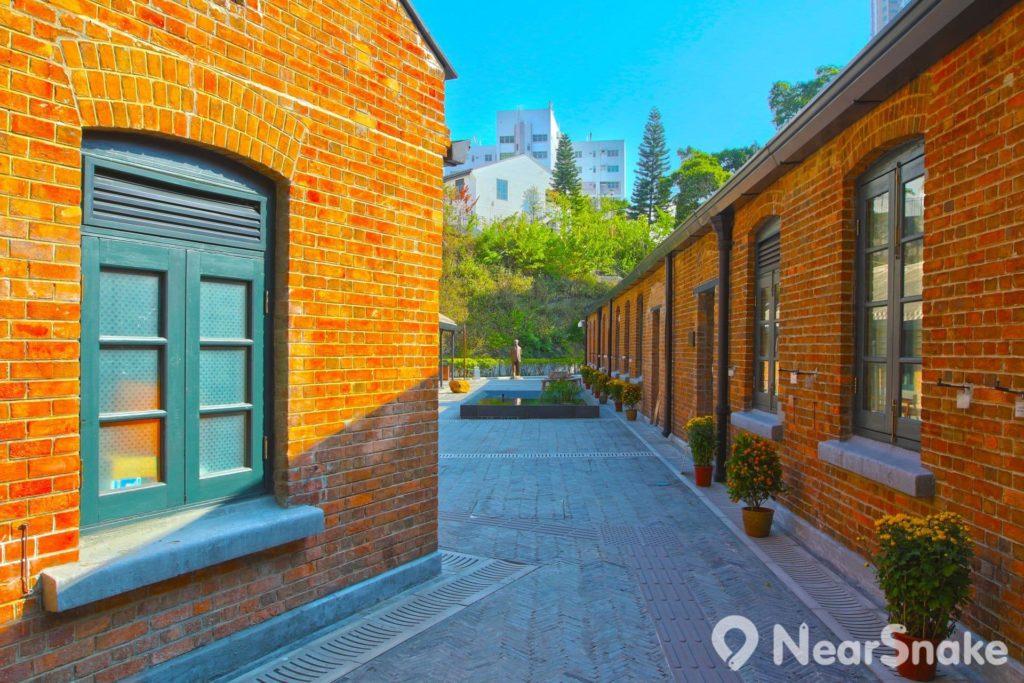 饒宗頤文化館下區以紅磚建築物為主,遠處為「天光雲影」和饒宗頤銅像。