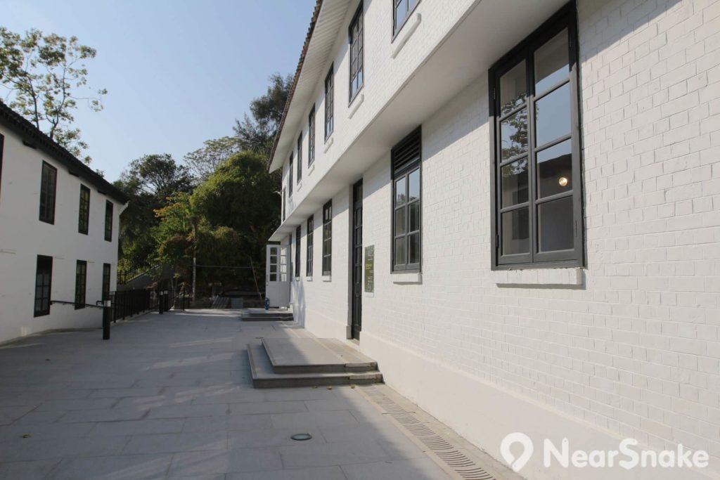 饒宗頤文化館劃分為上、中、下三區,其中上、中區的雙層小屋之牆身俱為白色。