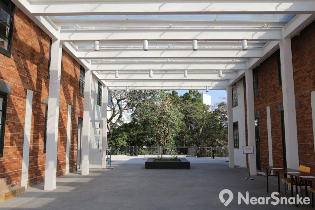 饒宗頤文化館中區的白牆小屋群中,只有中庭建有兩面紅磚牆,可謂「萬白叢中一點紅」!
