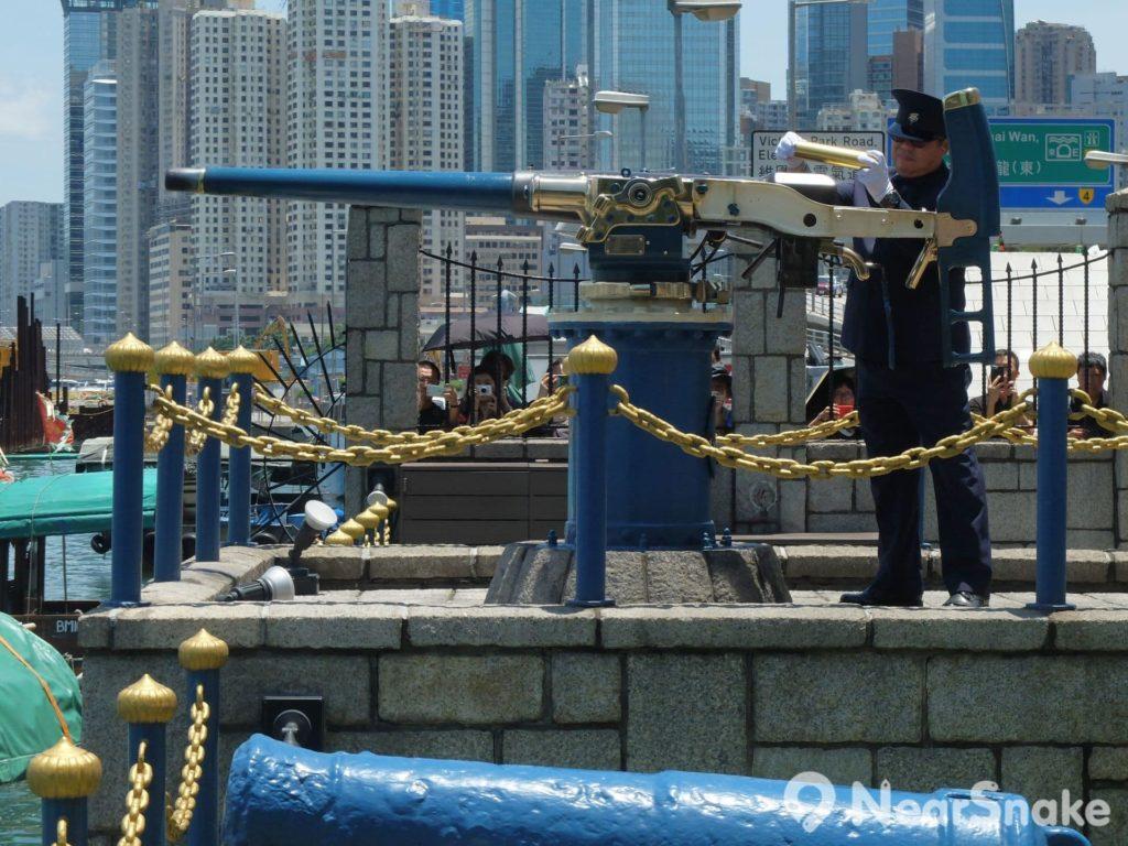 禮炮手把炮彈裝入炮管,便將炮口瞄向天空。
