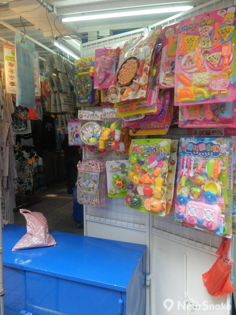 渣甸坊中也有數個排檔是販賣兒童玩具和服飾。