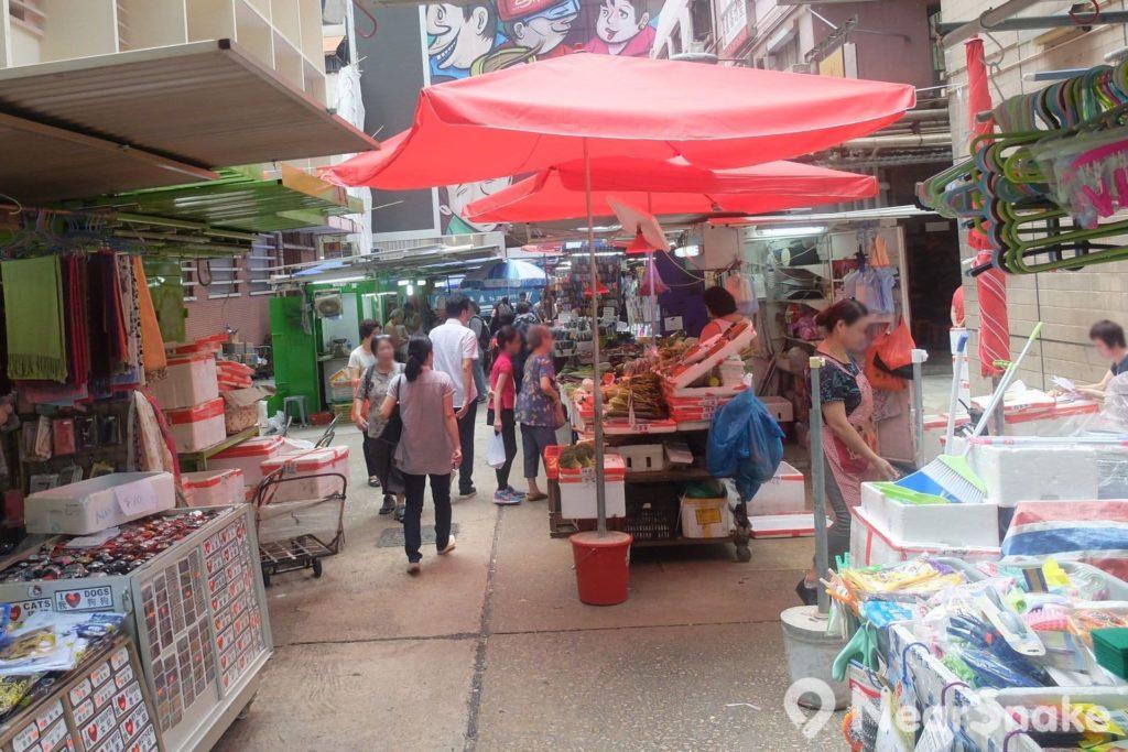 毗鄰燈籠洲街市那面的渣甸坊,主要販賣濕貨或街坊雜貨,嚴格來說,這算是一個露天的菜市場。