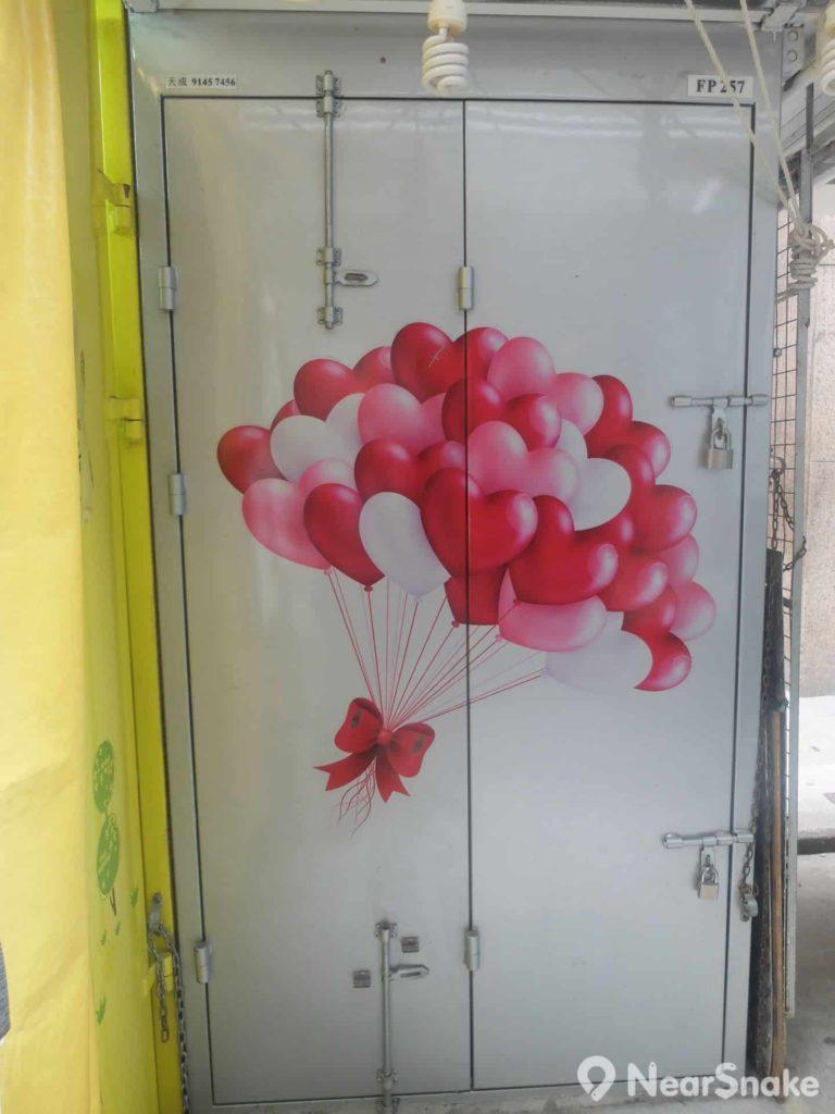 關起排檔的門板,竟是一幅幅具特色的畫作,這幅心心氣球畫很可愛吧!