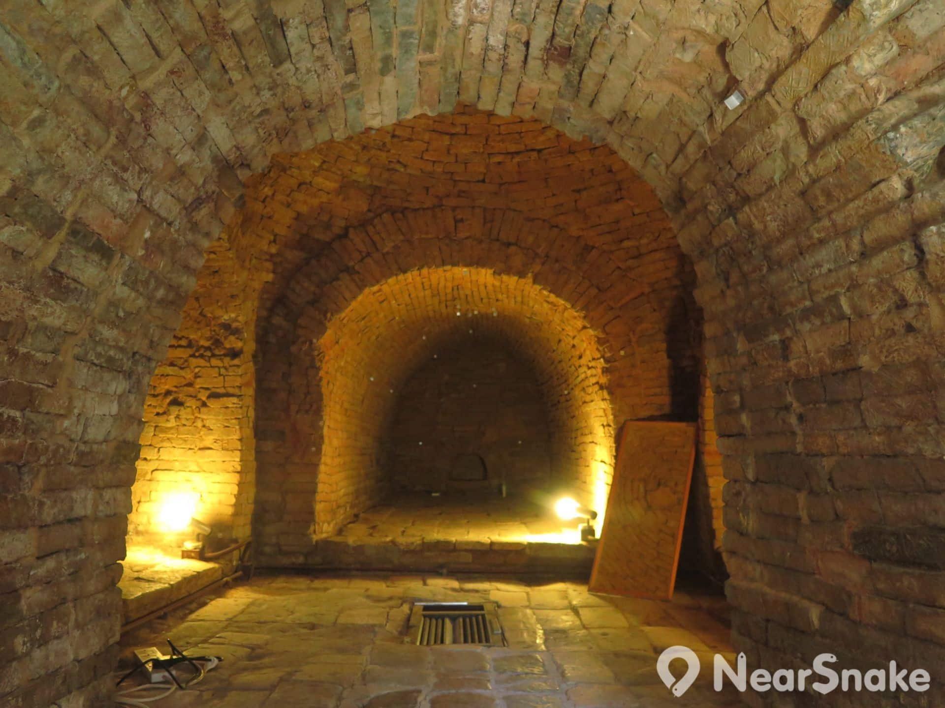 遊客並不能走進李鄭屋漢墓之內,只能隔著玻璃窺看內裡面貌,工作人員亦貼心地放了一塊鏡子,讓遊客可細看墓室的穹窿頂。