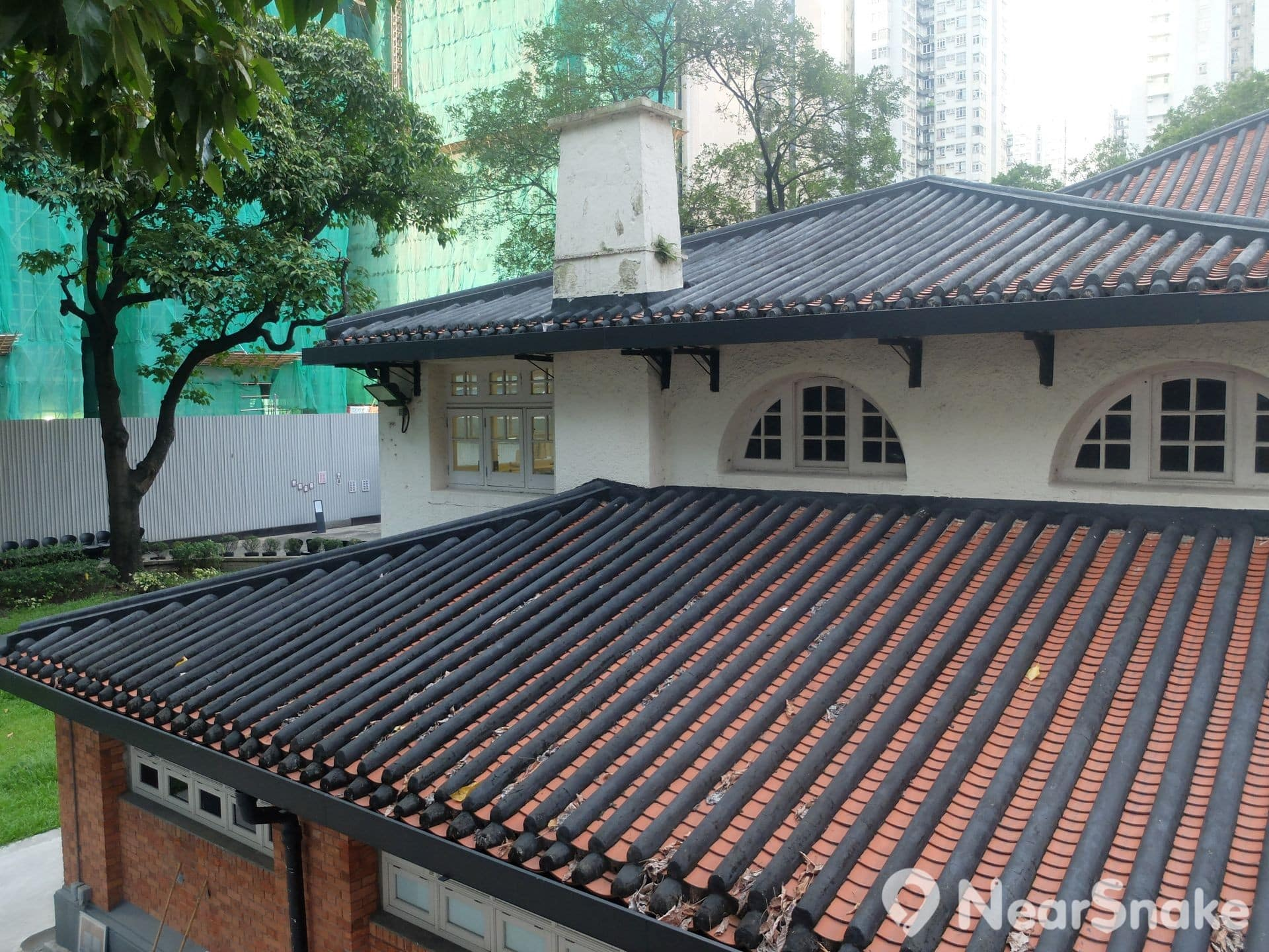 油街實現 Oi! 磚灰瓦的建築外形,配以木造窗框,是一種中西文化合壁的風格,在 20 世紀初的華洋建築中很常見,惟保留至今又結構完整的已經不多了。