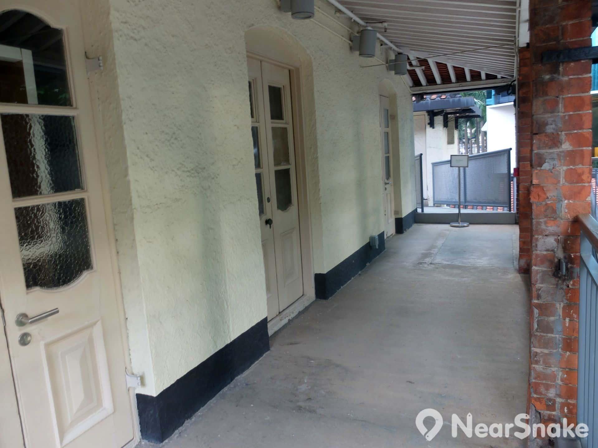 油街實現 Oil 一面是紅磚砌成的石柱,一面是白色的牆壁及門窗,雖可清晰看到現代修建痕跡,惟仍具古樸雅風。
