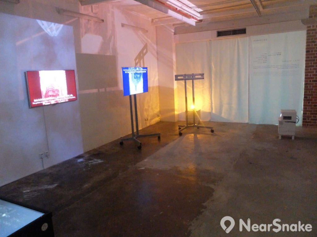 油街實現另一展覽廳擺放了多台電視機和投影機,合組成裝置藝術品。