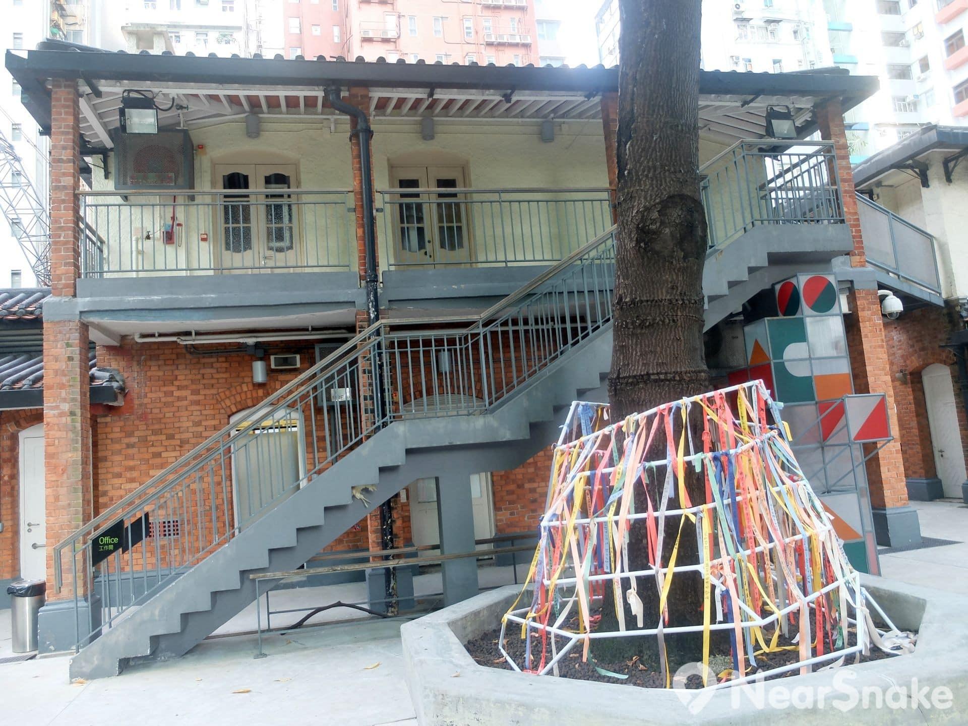 筆者遊訪油街實現時,恰好有一個關於建築與社區關係的藝術活動剛剛結束,遊人可將對建設社區的期望寫在紙條上,再掛在樹底的圍架。