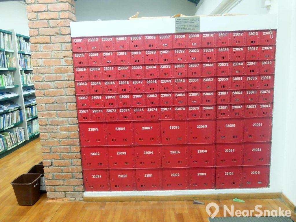 正面望向是全紅色的郵政信箱,現已鑲嵌成一大塊鐵片,不可獨立打開了。