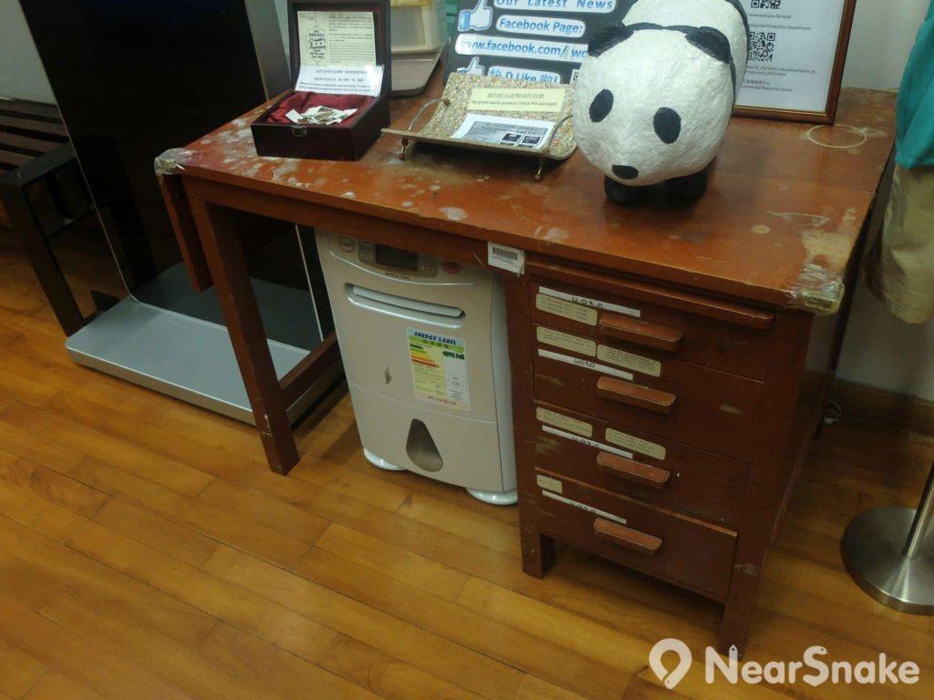 舊灣仔郵政局內另一張古董木桌,但保養卻有點差強人意了。