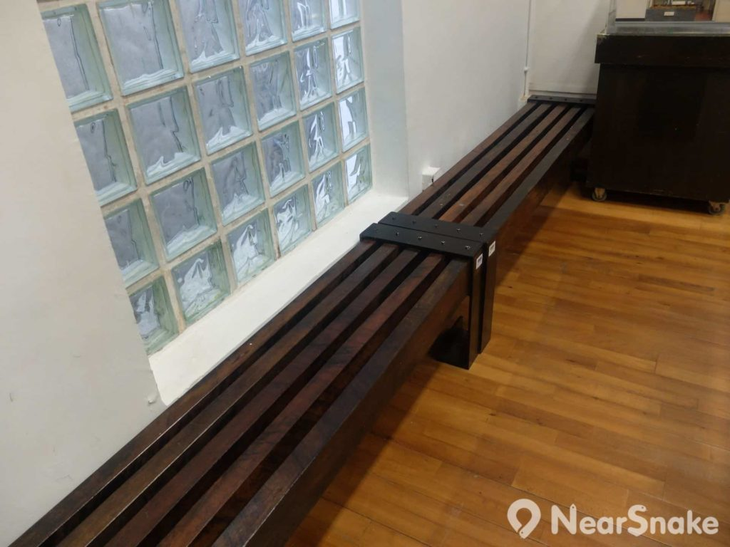 圖書館靠牆的兩排長椅,也是舊灣仔郵政局之物。從前這款椅子也多採用於其他政府設施內。