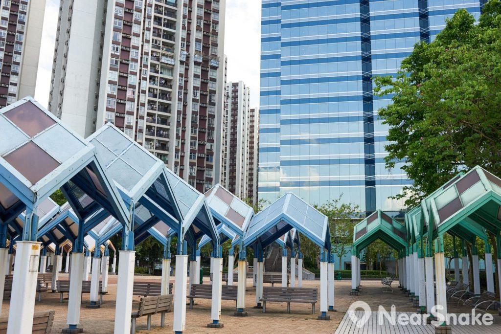 鰂魚涌公園毗鄰香港島大型私人屋苑太古城。