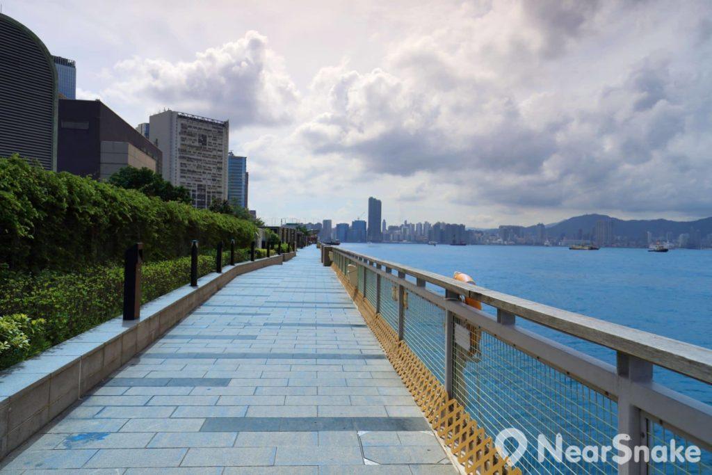 站在鰂魚涌公園的海濱長廊上,既可欣賞維港景色,又可享受海風吹拂的快感。