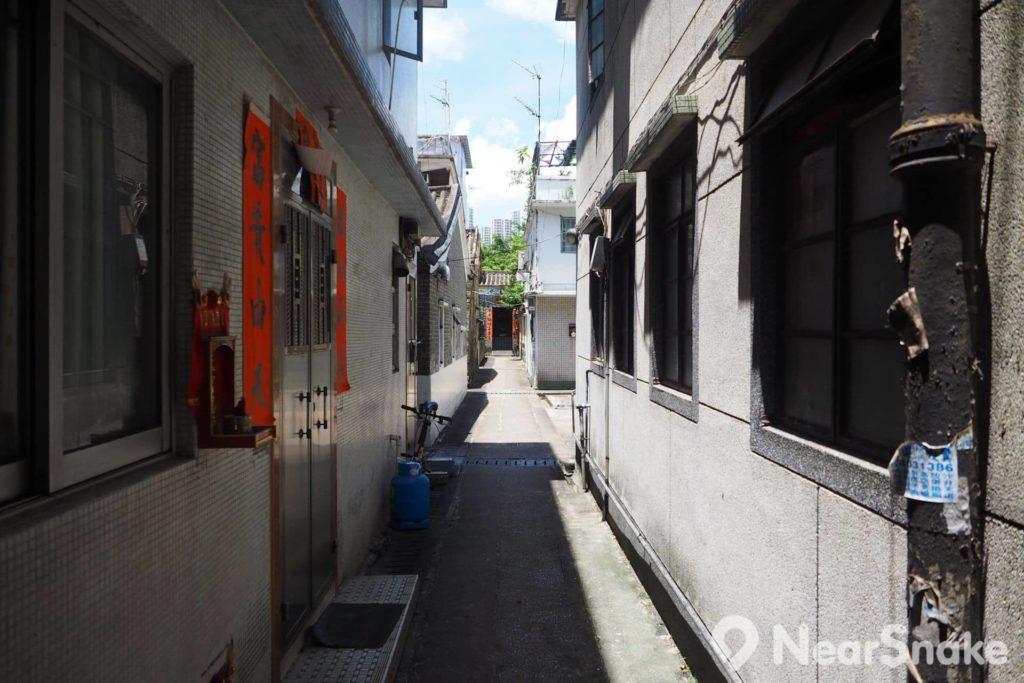 上璋圍中央的主通道可直望神廳,而房屋於兩旁並排而建,屬於典型的圍村格局。