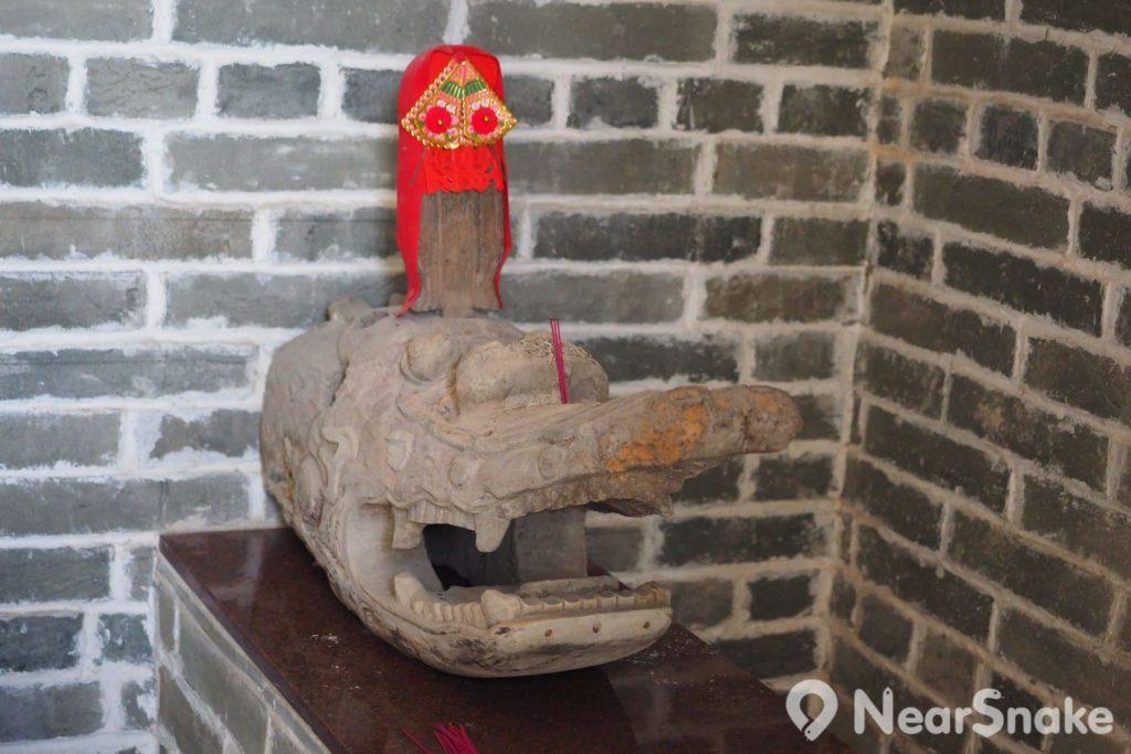 神廳內除設有神位外,還擺放了一個木製龍頭。