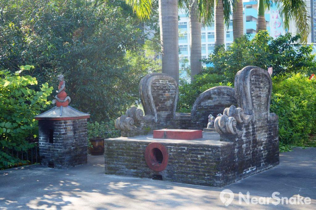 沿屏山文物徑會途經社壇,用作供奉土地公,特別在於以石頭代表社神,因此大家在此不會看到神像。