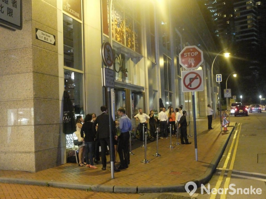 每到入夜,來到星街小區的遊人,均喜歡站在路邊聊天,又或是等候食店安排座位,令星街街頭變得非常熱鬧。