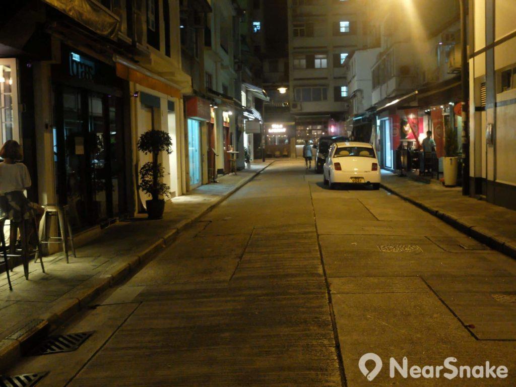 轉入短短的月街,路上的寧靜,只因人們都已被街道上食店吸引進去了。