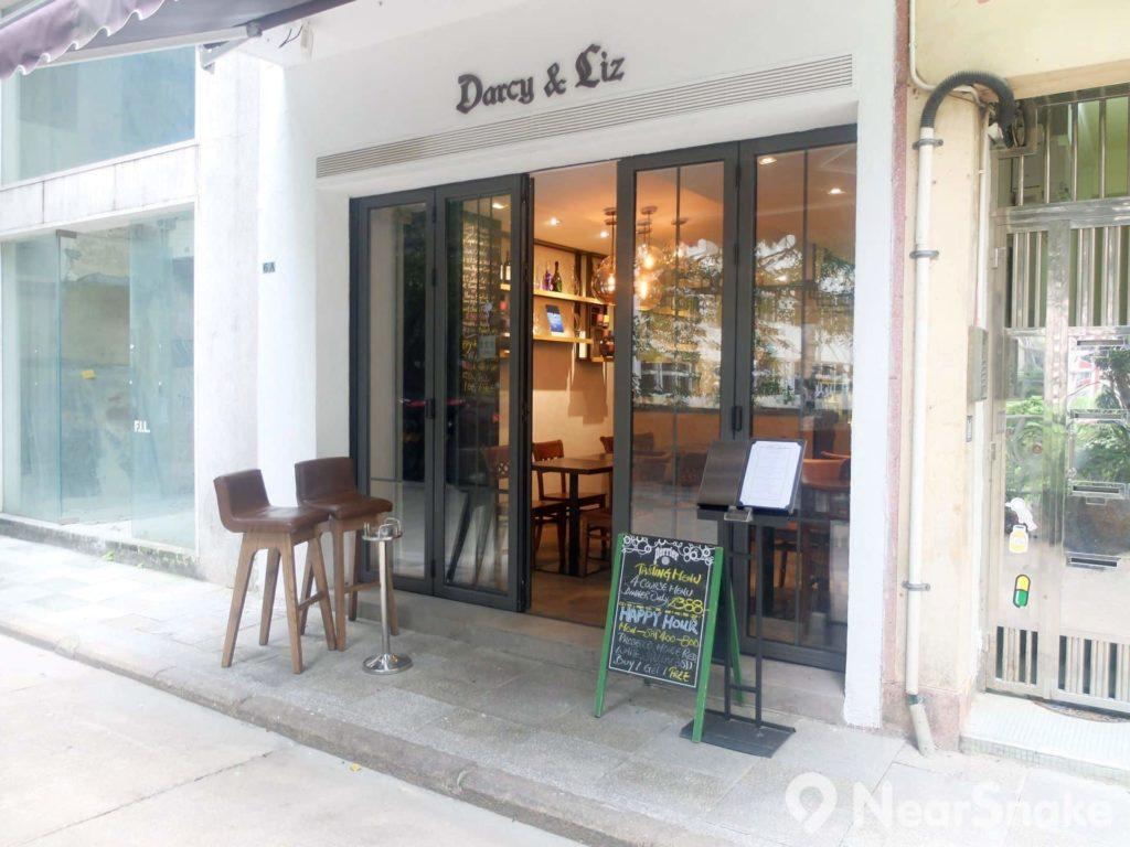 日街上的食店大多設有室外座位,伴著日街街旁的樹蔭,景色還是可以的。