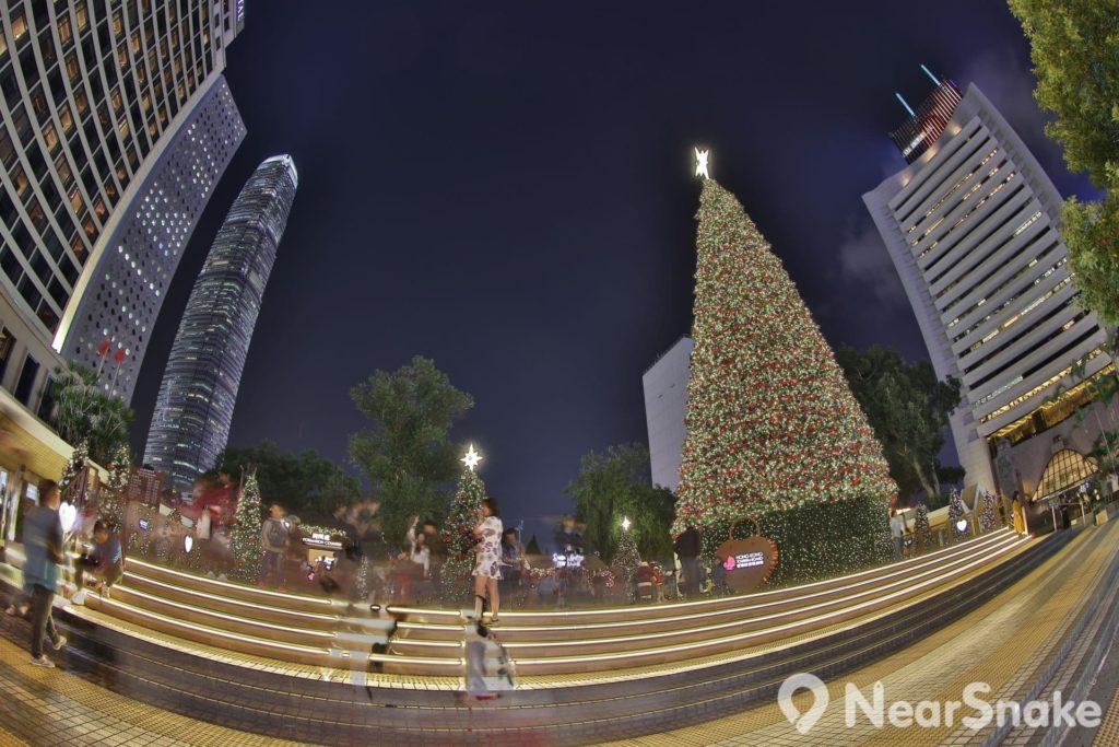 每年的《香港繽紛冬日節》都會在皇后像廣場豎立巨型聖誕樹,頓令個中環充滿節日氣氛!