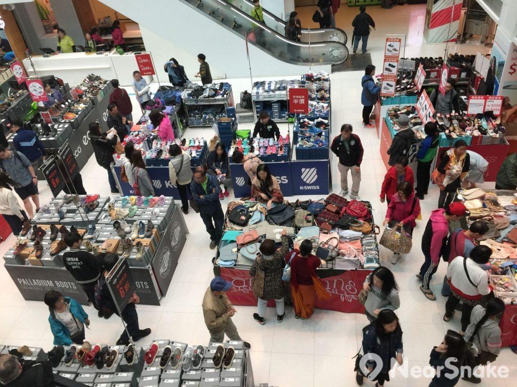 大埔超級城 B 區中庭經常舉辦特價展銷場,吸引附近居民蜂擁而至。