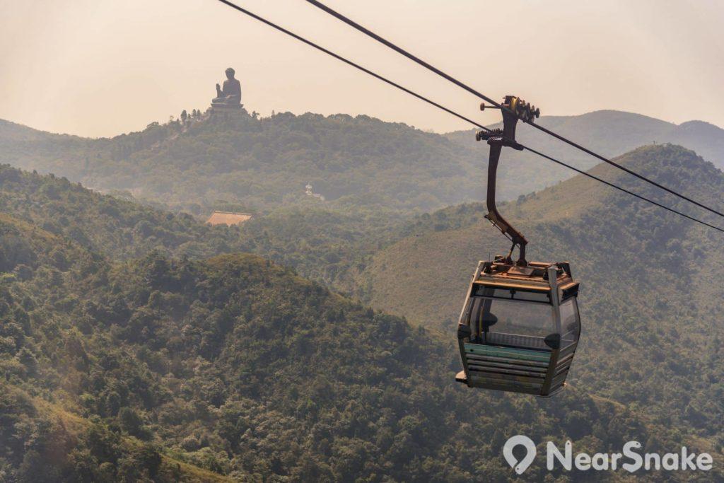遊客乘搭昂坪 360 纜車前往天壇大佛,途中可遙望天壇大佛的身影。