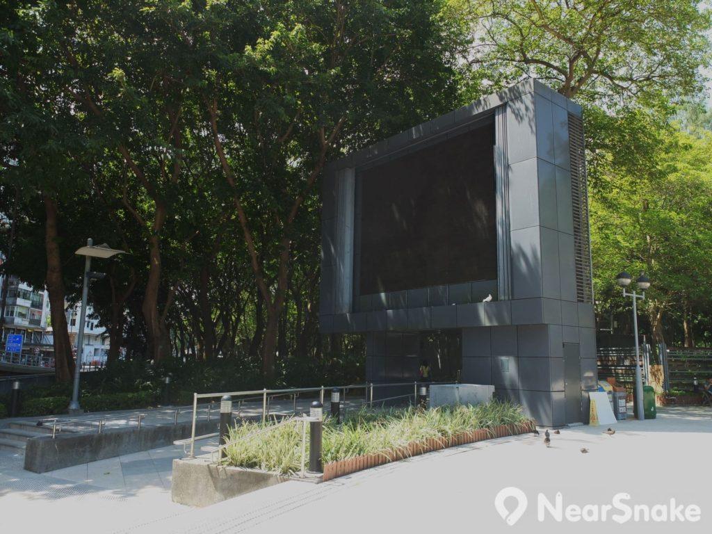 2002 年重建維園時設立的大型顯示屏,多用於播放公園內舉行的重要賽事。