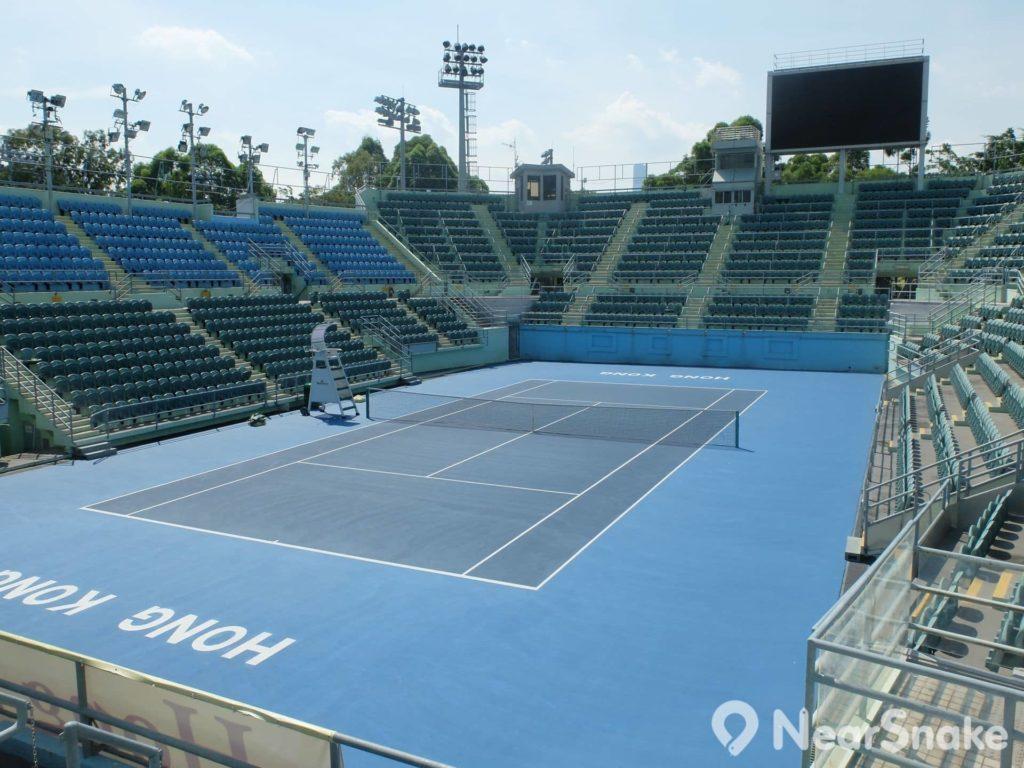 維園內有一個設有 3,607 個座位的國際標準網球場,每年均會舉辦台維斯盃,也曾舉辦國際女子網球巡迴賽,有不少網球巨星也曾在此作賽。