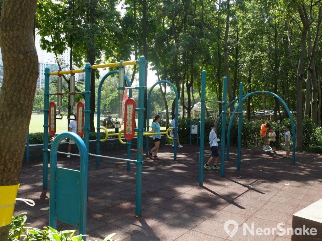 維園內沒有劃設「兒童遊樂場」區域,只因兒童遊玩設施零散分布園內各處,大家行逛一陣,便可看到。