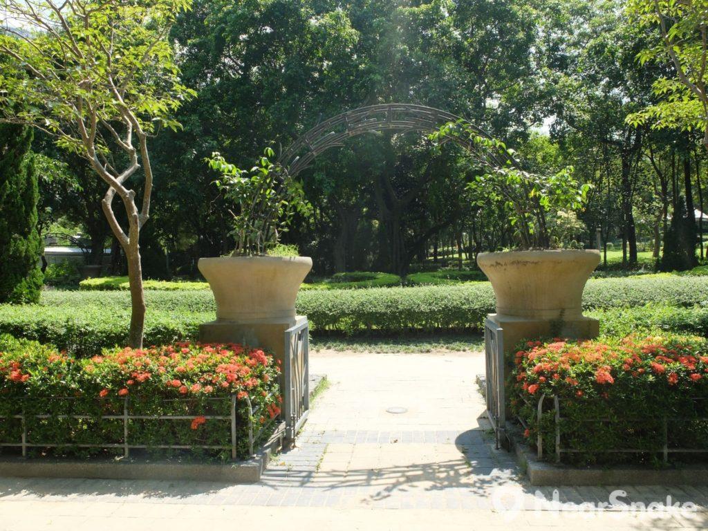 維多利亞公園近網球場一帶,原來設有一個花園迷宮,栽種了少量鮮艷花朵,配合園林式設計布局,也不失為拍友取景之地。