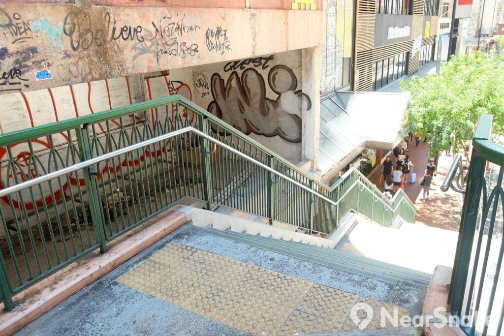 這條連接軒尼斯道的樓梯旁邊空間位置,常有人會在此玩塗鴉。不過攀爬過去可是頗危險,奉勸大家千萬不要這樣做喔!