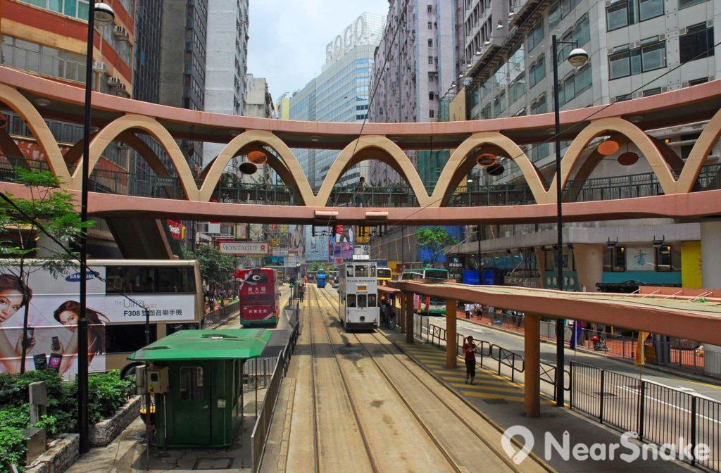 怡和街圓形天橋位於電車軌道之上,電車在橋下不停穿梭,可說是香港一大特色城市景觀。