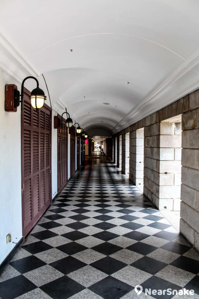 美利樓採用中西合璧建築風格,以仿希臘復古式圓形石柱,搭配中式瓦頂及圓拱形走廊。